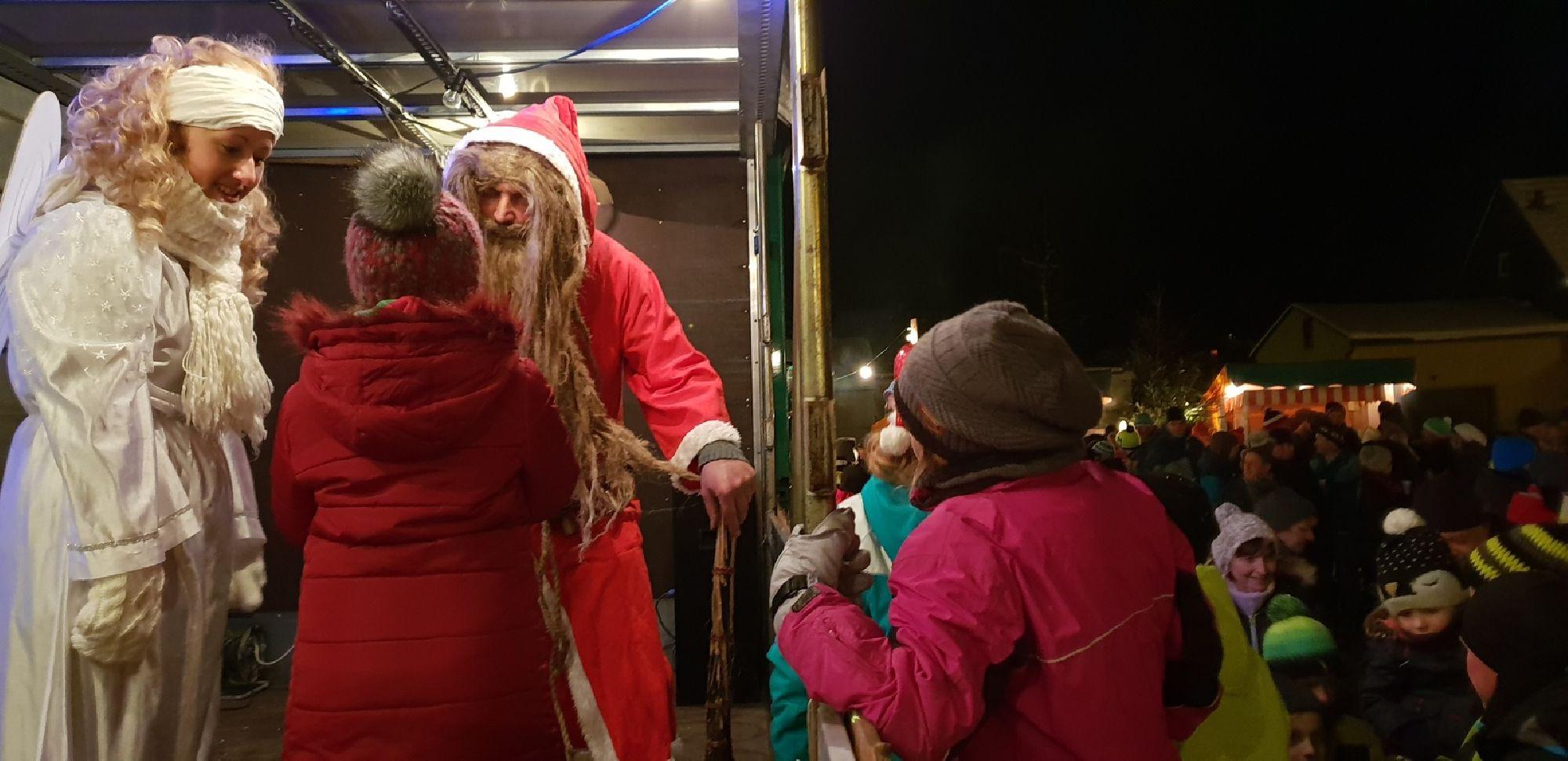 Weihnachtsmann und Christkind auf dem Weihnachtsmarkt Rechenberg